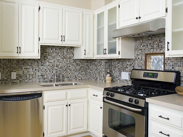 White Kitchen Cabinets With Glass Tile Backsplash Pic20