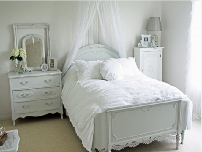 How To Decorate Small Bedroom With Bright Theme And Cream Floor To Floor Carpet Ideas  Pic